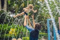 Папа и сын имеют потеху в бассейне стоковое фото