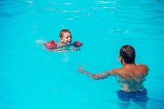 Папа и сын имея потеху в swimmming бассейне стоковые изображения rf