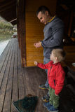 Папа и сын на рыбной ловле Стоковое Изображение RF