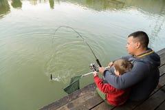 Папа и сын на рыбной ловле Стоковые Фото
