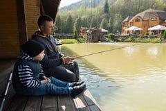 Папа и сын на рыбной ловле Стоковое фото RF