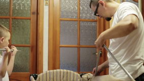 Папа и сын собирая вашгерд видеоматериал