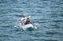 Папа и сын с каное на Lebih приставают к берегу, Бали Стоковые Изображения