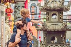 Папа и сын туристы на улице в португальском стиле Romani в городке Пхукета Также вызвал Чайна-таун или старую стоковые изображения