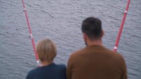 Папа и сын fisihing сток-видео
