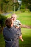 папа мальчика его немного outdoors детеныши стоковая фотография