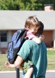 папа мальчика обнимая немного стоковое изображение
