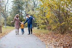 Папа мамы и мальчик идут в парк Стоковое Изображение RF