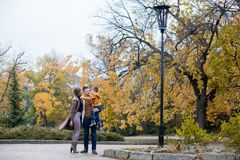 Папа мамы и мальчик идут в парк Стоковые Фотографии RF
