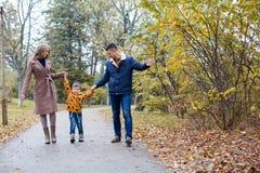 Папа мамы и мальчик идут в парк Стоковые Фото