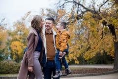 Папа мамы и мальчик идут в парк Стоковые Изображения RF