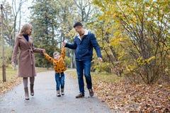 Папа мамы и мальчик идут в парк Стоковая Фотография