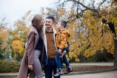 Папа мамы и мальчик идут в парк Стоковое Изображение