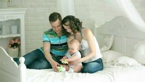Папа мамы и младенец 6 месяцев старый Счастливая семья играя с ребенком Игра семьи с младенцем видеоматериал