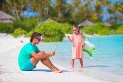Папа маленькой унылой девушки ждать, который нужно поплавать до его стоковые изображения