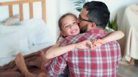 Папа обнимает и целует его дочь, девушку показывает сердце с руками, замедленное движение сток-видео