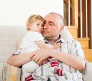 Папа обнимая его дочь стоковое фото