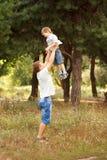 Папа поднимая вверх ребенка. стоковое изображение rf