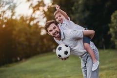 Папа при сын играя бейсбол стоковые изображения