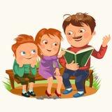 Папа прочитал книгу для детей в деревянной скамье парка, детей семьи читая сказки, мальчика и девушка слушает папа иллюстрация штока