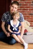 Папа сидит с ее дочерью стоковое фото rf