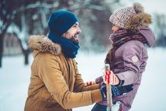 Папа с дочерью внешней в зиме стоковая фотография