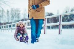 Папа с дочерью внешней в зиме стоковые изображения