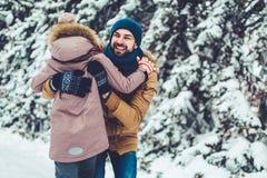 Папа с дочерью внешней в зиме стоковые фотографии rf