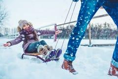 Папа с дочерью внешней в зиме стоковая фотография rf