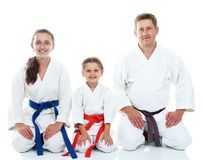 Папа с его дочерьми в кимоно сидя в ритуальном карате представления стоковые изображения rf