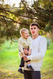 Папа с его сыном на шеи на предпосылке зеленого цвета, лес, стоковые фотографии rf