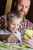 Папа с игрой сына стоковая фотография rf