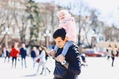 папа с младенцем на плечах идет на улицу Стоковые Изображения