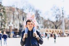 папа с младенцем на плечах идет на улицу Стоковые Изображения RF