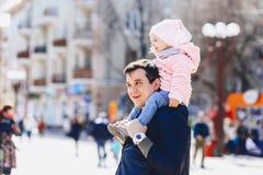 папа с младенцем на плечах идет на улицу Стоковая Фотография RF