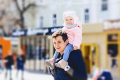 папа с младенцем на плечах идет на улицу Стоковое фото RF