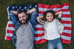 Папа с дочерью outdoors стоковые фото