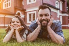Папа с дочерью outdoors стоковые фотографии rf