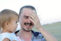 Папа с смеяться над дочери стоковое изображение rf