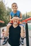 Папа с сыном стоковое изображение rf