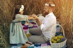 Папа танцует с его маленькой дочерью Стоковые Изображения