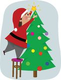 Папа украшает рождественскую елку Стоковые Фото