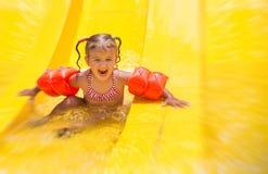 Папа учит, что маленькая дочь плавает стоковые фото