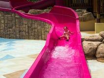 Папа учит, что маленькая дочь плавает стоковые изображения