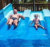 Папа учит, что маленькая дочь плавает стоковые изображения rf