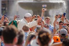 Папа Фрэнсис благословляет верное, дающ людям большую утеху стоковые изображения rf