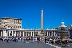 Папа Фрэнсис в Ватикане во время молитвы Ангел Господень стоковые изображения