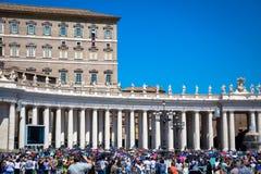 Папа Фрэнсис в Ватикане во время молитвы Ангел Господень стоковая фотография
