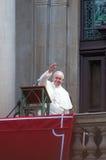 Папа Фрэнсис развевая для того чтобы толпиться Стоковые Фотографии RF