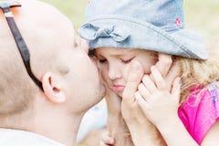Папа целуя и успокаивает дочь стоковые изображения rf